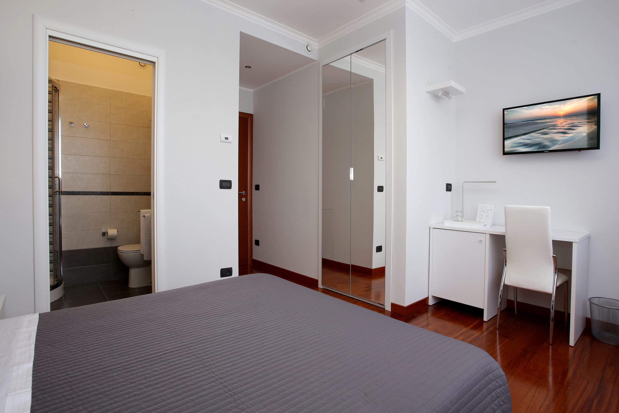 J24 B&B - bed & breakfast roma eur - Klimt - camera matrimoniale con bagno privato